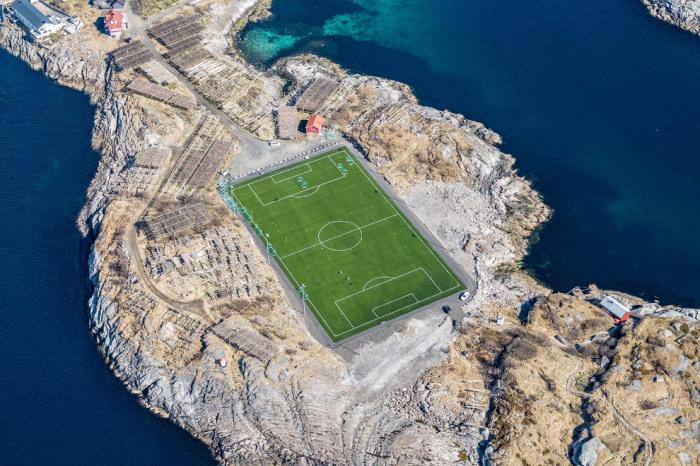 Футбольный стадион в Норвегии на Лофотенских островах. Фотограф Stas Bartnikas.