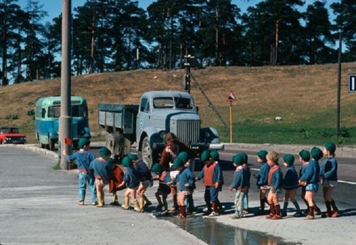 Маленький флажок в руке детсадовца останавливает движение на эстонской дороге, 1966 год.
