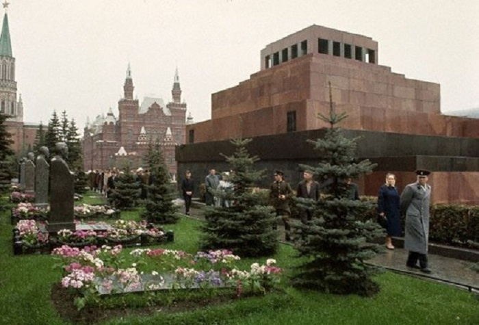 Могила пока без памятника, 1964 год.