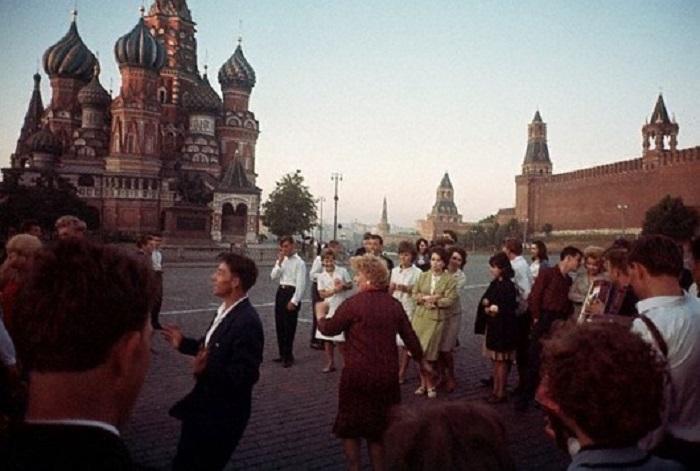 Насыщенная жизнь жителей СССР, истинный дух времени, бодрость и уверенность в завтрашнем дне.