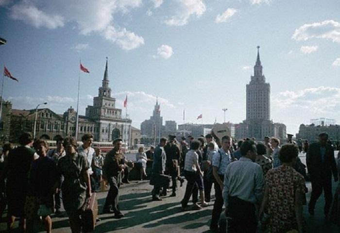 Площадь, на которой расположены сразу три железнодорожных вокзала: Ленинградский, Ярославский и Казанский, 1966 год.