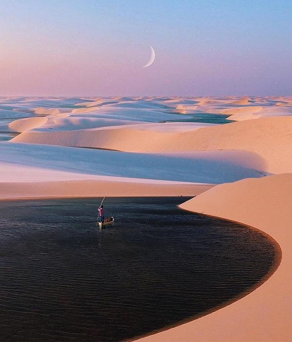Голубые воды озера необычно смотрятся в барханах пустыни.