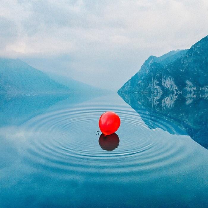 Красный шар на водной поверÑности, уплывающий вдаль.