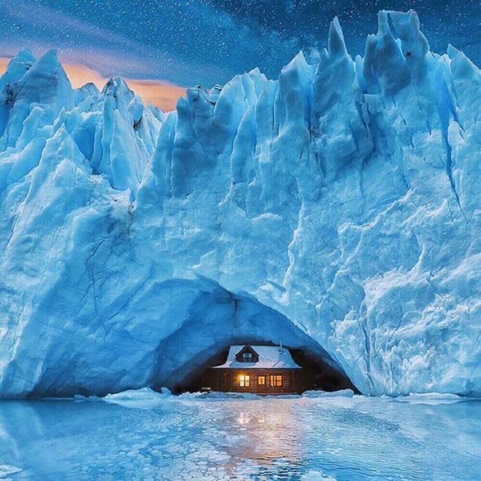 Деревянный дом в плену у ледяной глыбы.