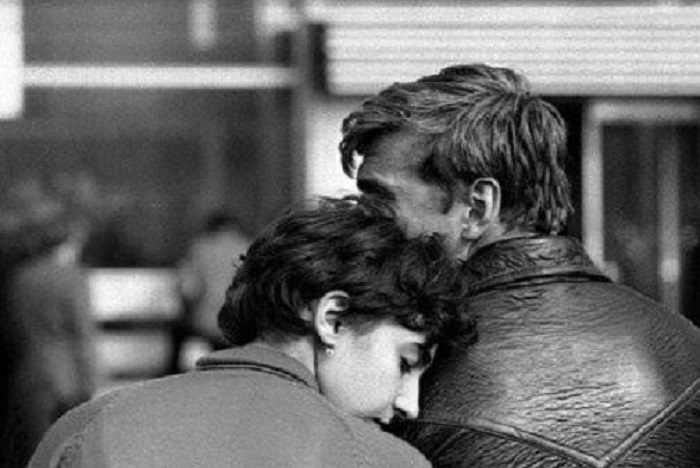 Девушка за целый день утомилась и прилегла на плечо молодого человека.