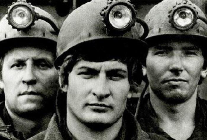 Шахтер  — человек, добывающий уголь из недр земли.
