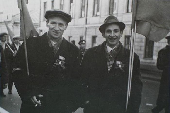 Мужчины с флагами готовы к шествию по улицам города.