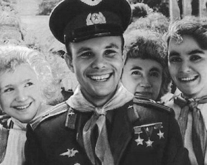 Советский лётчик-космонавт Юрий Гагарин в окружении женщин.