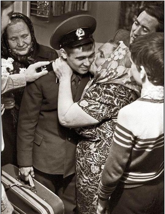 Большая семья встречает сына, внука, брата из армии.