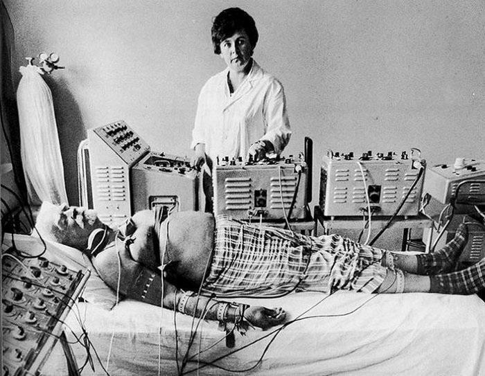 Медсестра в физкабинете проводить медицинские процедуры.