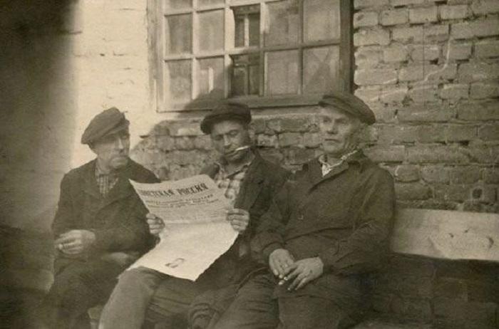 В перерыве рабочие читают свежую прессу.