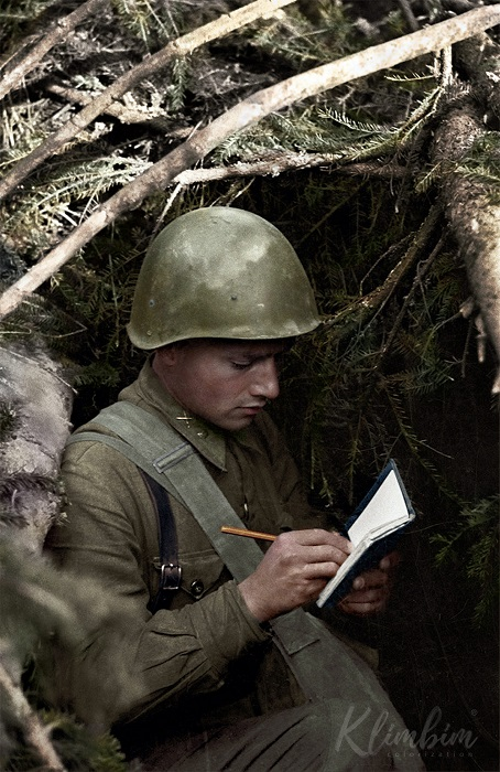 Командир взвода 1241-го стрелкового полка в ходе боев в Военном городке г. Ржева 22.09.1942 года огнем из автомата уничтожил 13 немецких стрелков и 7 автоматчиков.