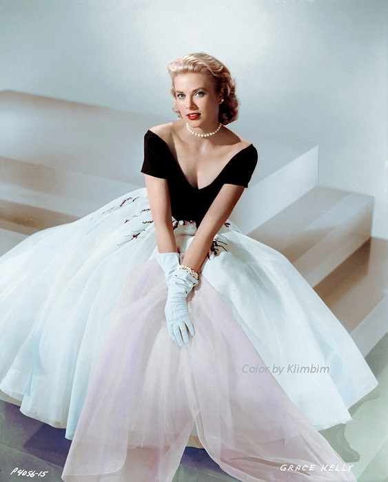 В одном из лучших и самых удачных фильмов Альфреда Хичкока «Окно во двор», который был снят в 1954 году, знаменитая актриса появилась в восхитительном черно-белом платье.
