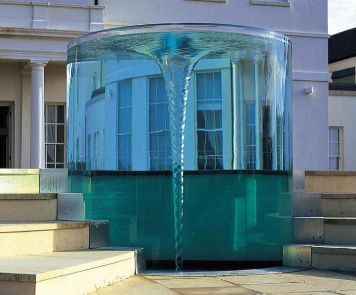 В Великобритании установлен необычный фонтан, который представляет собой водоворот в прозрачном цилиндре.