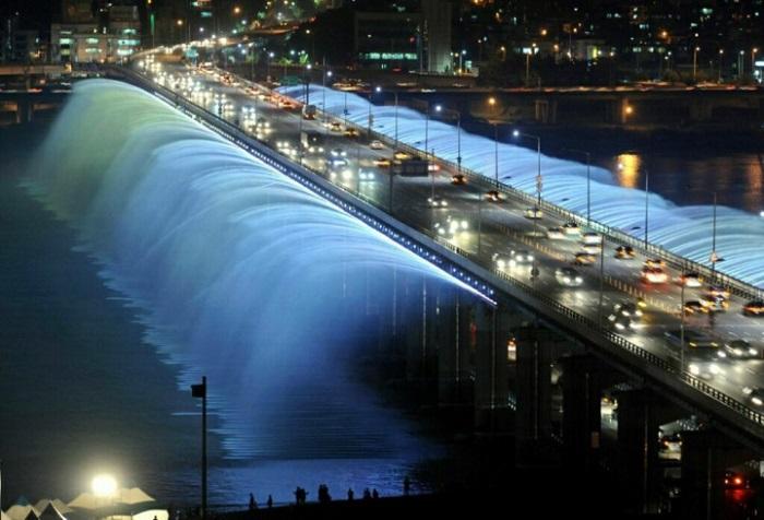 Уникальное гидротехническое сооружение, в котором совмещены функции мостового перехода и фонтана.