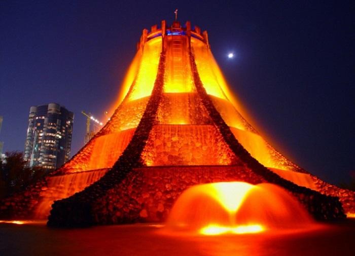 Фонтан, сделанный по подобию горы из которой извергается лава.