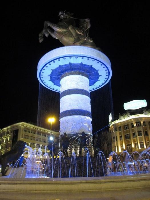 Конный памятник Александру Македонскому у подножия которого расположено 8 скульптур, изображающих 8 солдат из македонской фаланги, окружен фонтаном с четырьмя бронзовыми львами.