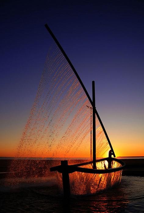 В Валенсии находится весьма необычный фонтан, струи которого повторяют контуры небольшого парусника.