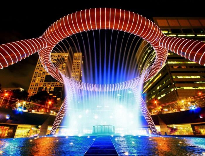 Это удивительное произведение искусства расположено в центре красивейшего города Сингапура – Сантек Сити.