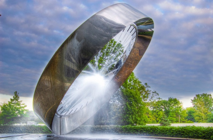 Фонтан, выполненный в форме кольца, с внутренней стороны которого бьет ключом прозрачная вода.