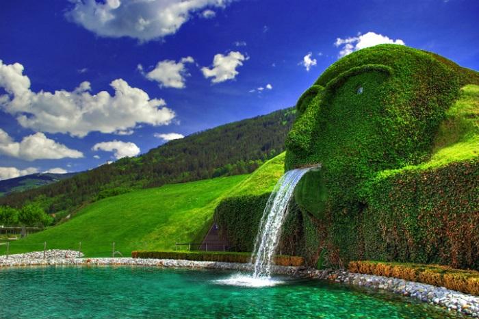 Красивая художественная работа расположена в Хрустальных Мирах Сваровски в австрийском городе Инсбрук.