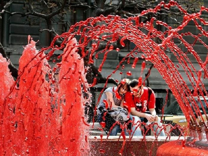 Вода в фонтане один раз в год, в день смерти Святого Давида Валлийского (покровителя Уэльса), 1 марта, становится красного цвета.