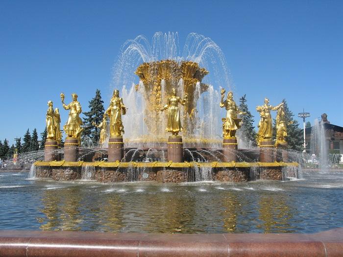 Самый красивый и запоминающийся фонтан Москвы - Дружбы Народов, украшенный статуями девушек в национальных нарядах бывших стран СССР.