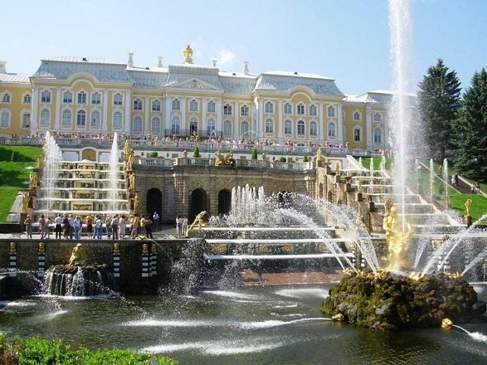 Огромное количество различных декоративных элементов и 64 фонтана большого каскада делает это место одним из самых красивых во всей России.