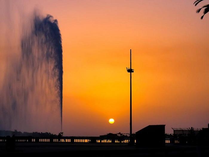 Самый высокий фонтан в мире, его высота – 300 метров.