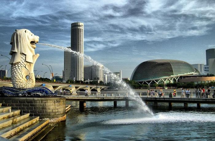 Сингапурский Мерлион изготовлен из бетона на стальном каркасе, из его пасти бьёт фонтан, извергаясь в гавань.