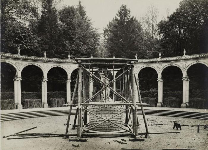 Попытки уберечь статуи Версаля.
