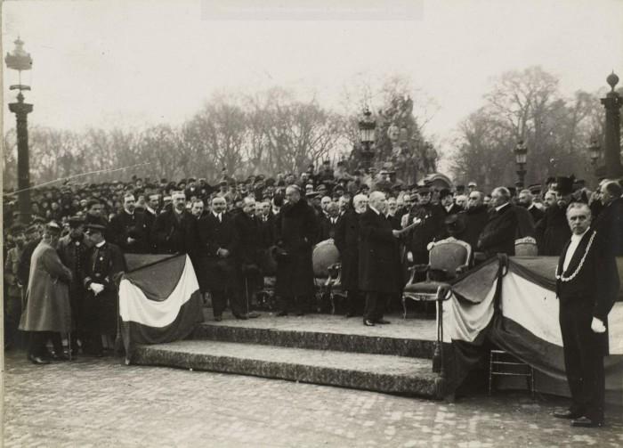 Собравшиеся чтут память погибших воинов.