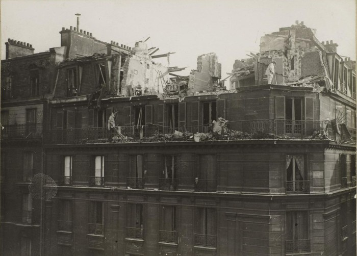 Разрушенные попаданием бомбы верхние этажи дома.