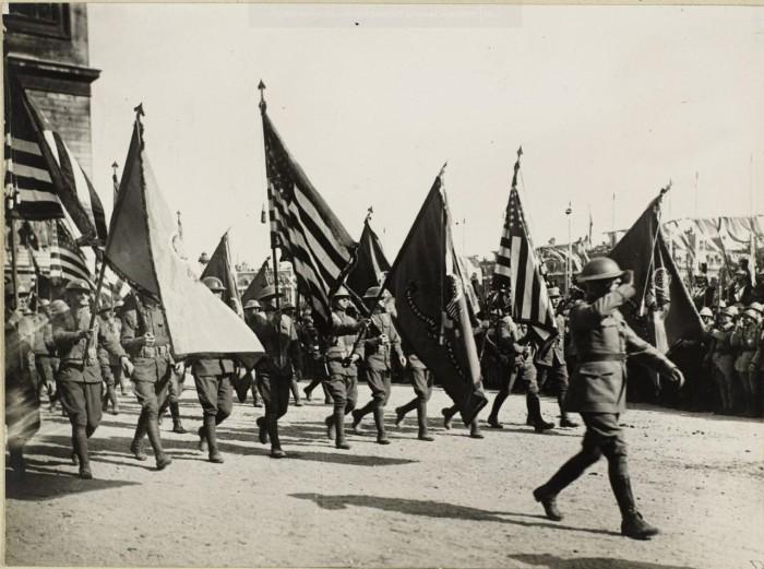 Американские солдаты на площади Этуаль.