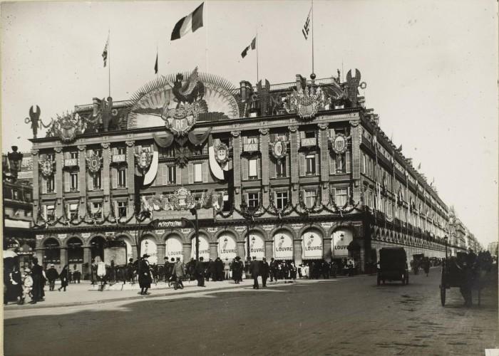 Празднично оформленный универмаг Лувр.