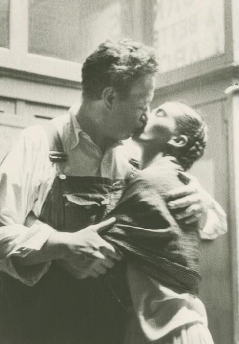 Фрида Кало и Диего Ривера целуются перед объективом Люсьены Блох.