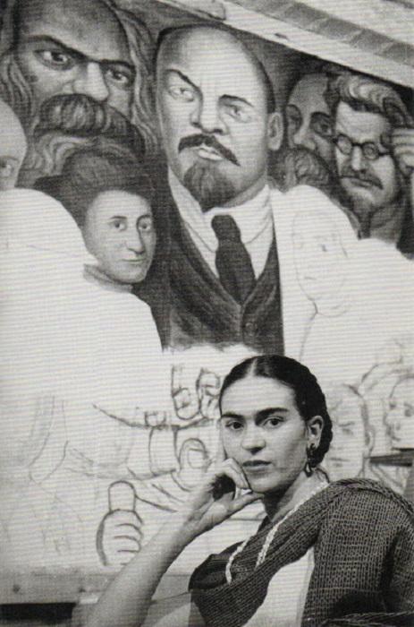 Мексиканская художница на фоне скандальной фрески Диего Риверы, нарисованной по заказу Рокфеллеровского Центра.