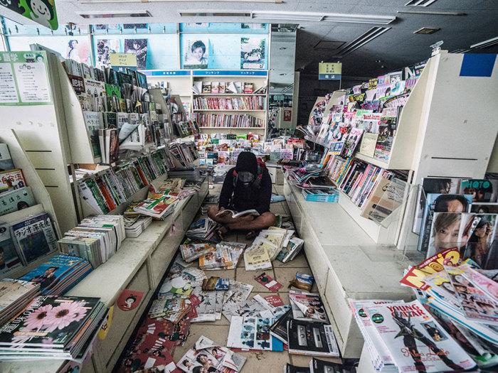 Единственный человек в заброшенном книжном магазине.