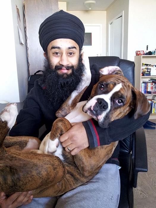 «Моя собака просто обожает сидеть у меня на руках и трогать лапой бороду».