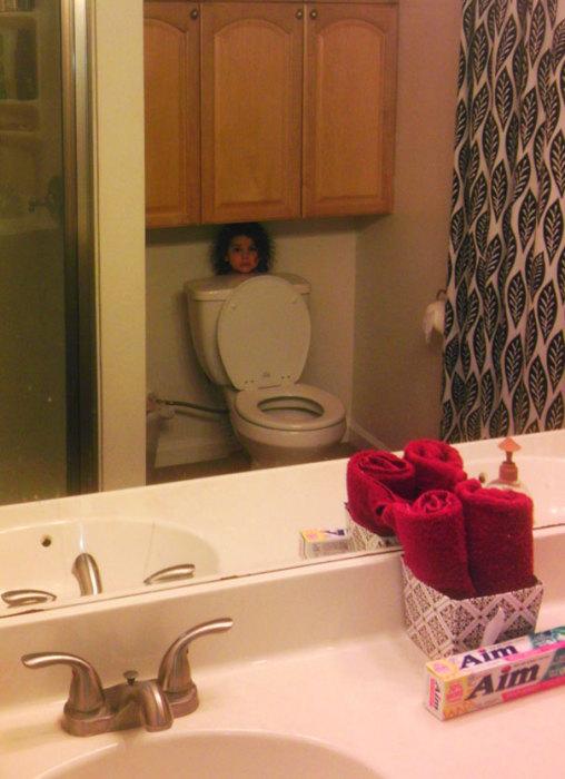 Нужно срочно попросить папу перевесить зеркало, а то тайное место пропадает.