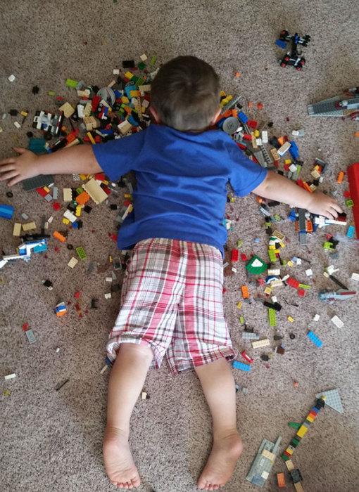 Двухлетний мальчик, заснувший на конструкторе.