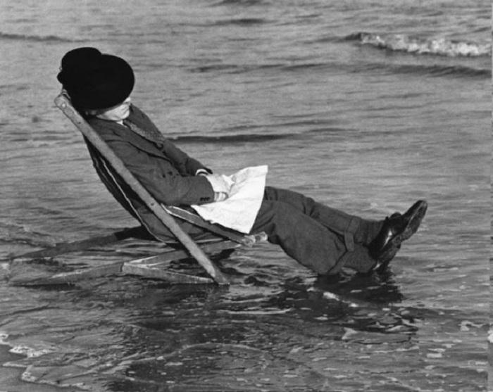 Фотограф Джордж Хейлс спит в шезлонге и не догадывается о приливе.