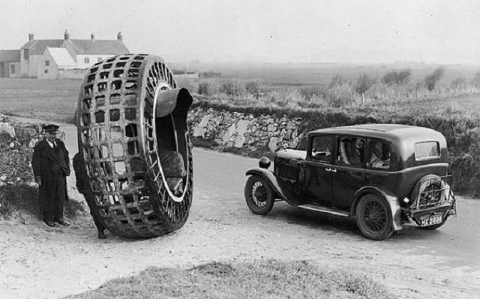 В 1932 году господин Тонтон и его сын изобрели электрическое колесо, которое способно было развивать скорость до 30 миль в час.
