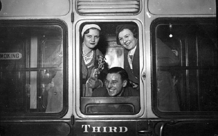 Легендарные британские теннисисты Betty Nuthall, Fred Perry, Mrs Fearnley-Whittingstall покидая Лондон.