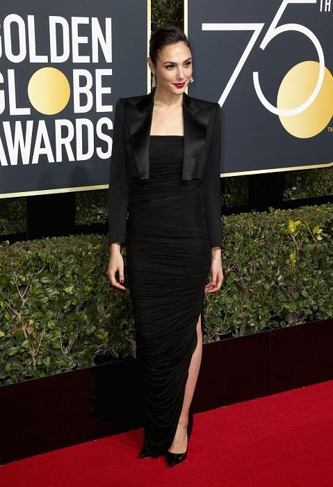 Израильская актриса и модель в облегающем эффектном платье, идеально подчеркивающем фигуру. /Фото: moda-shopping