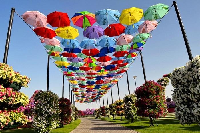 Полюбившиеся во многих европейских городах аллеи-зонтики.