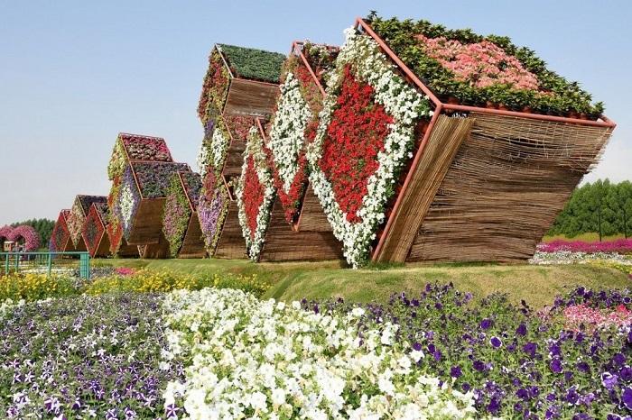 Декорации сада, украшенные всевозможными цветами.