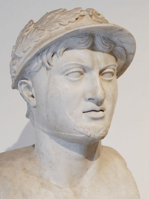 Был царём маленького государства Эпир, но амбиции у него были очень большими, Пирр воевал со всеми, и иногда даже со всеми сразу.