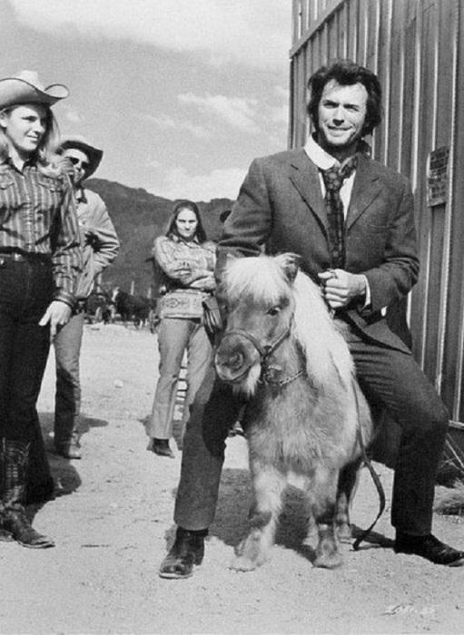 Клинт Иствуд катается верхом на пони, 1972 год.