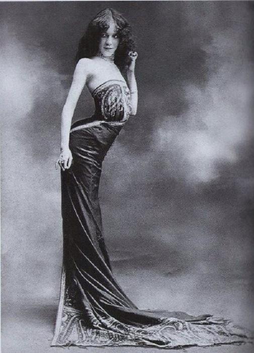 Создательница корсета-змеи, 1900 год.